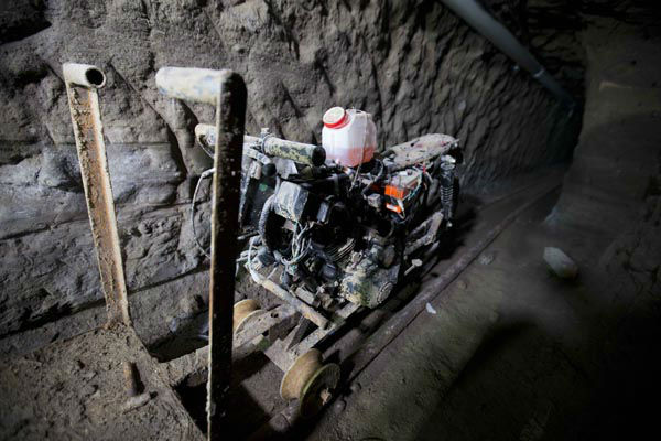 "<div class=""meta image-caption""><div class=""origin-logo origin-image none""><span>none</span></div><span class=""caption-text"">A motorcycle adapted to a rail is seen under the half-built house where drug lord Joaquin ""El Chapo"" Guzman made his escape (AP Photo/ Eduardo Verdugo)</span></div>"