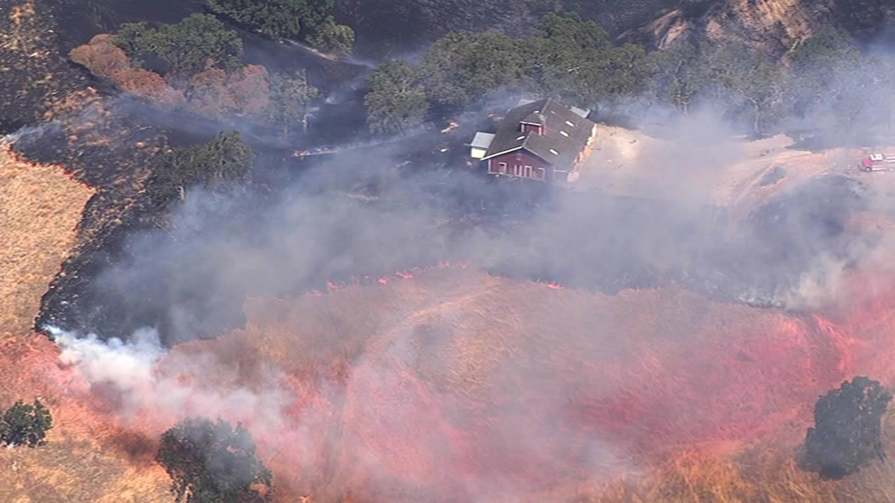 Fire crews strike down fast-moving blaze in Alameda County