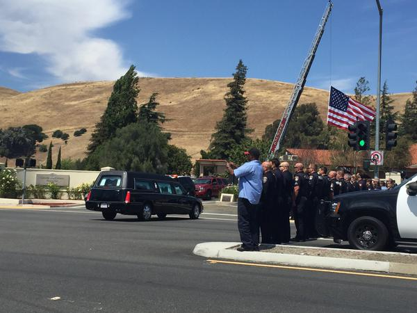 "<div class=""meta image-caption""><div class=""origin-logo origin-image none""><span>none</span></div><span class=""caption-text"">Police officers stand by as fellow Hayward officers escort the body of slain Sgt. Scott Lunger to Chapel of Chimes on Thursday, July 23, 2015. (Twitter/Katie Utehs)</span></div>"