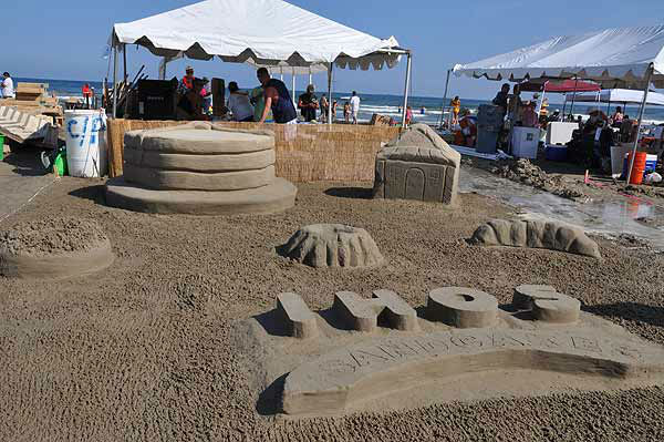 """<div class=""""meta image-caption""""><div class=""""origin-logo origin-image """"><span></span></div><span class=""""caption-text"""">Teams of architects, designers, and engineers took their tools to East Beach in Galveston for one of the world's largest sandcastle competitions on May 31, 2014 (KTRK Photo)</span></div>"""