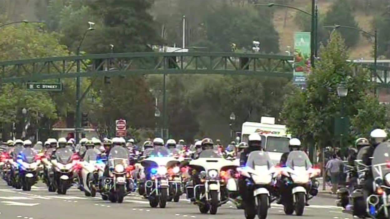 "<div class=""meta image-caption""><div class=""origin-logo origin-image none""><span>none</span></div><span class=""caption-text"">A massive motorcade of motorcycle cops from various jurisdictions follow the memorial procession of Sgt. Scott Lunger to Oakland, Calif. on Thursday, July 30, 2015. (KGO-TV)</span></div>"