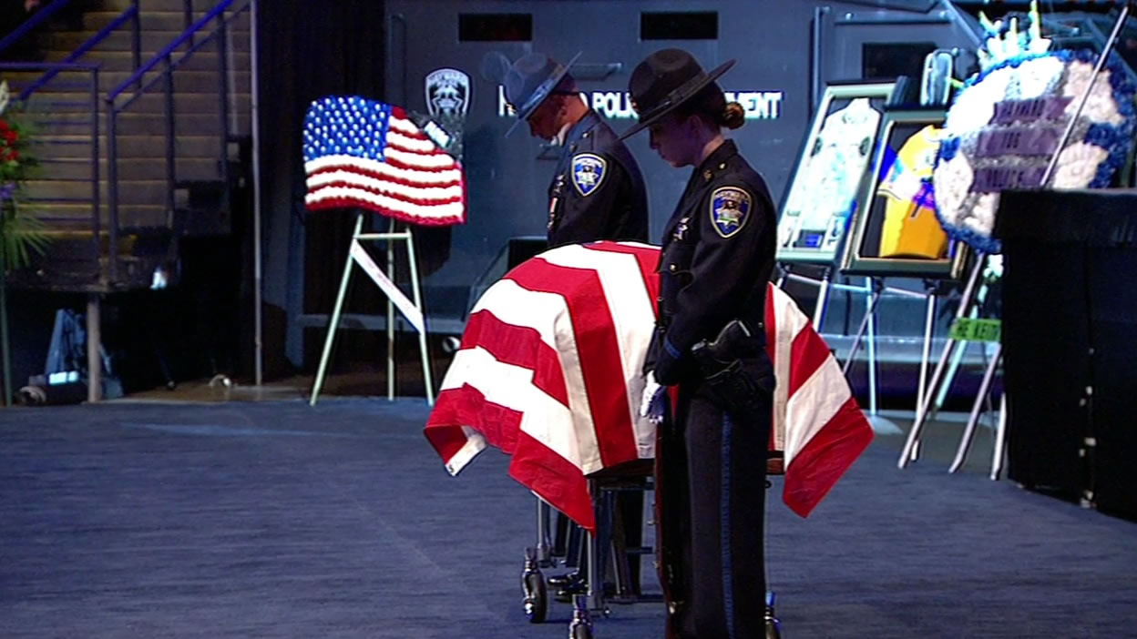"<div class=""meta image-caption""><div class=""origin-logo origin-image none""><span>none</span></div><span class=""caption-text"">Two officers stand guard over Sgt. Scott Lunger's casket at Oracle Arena in Oakland, Calif. on Thursday, July 30, 2015. (KGO-TV)</span></div>"