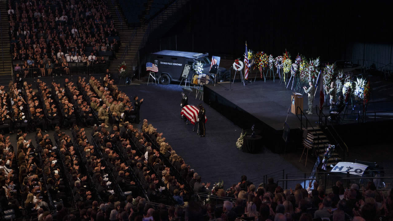 "<div class=""meta image-caption""><div class=""origin-logo origin-image none""><span>none</span></div><span class=""caption-text"">Law enforcement, family and friends give a round of applause for Sgt. Scott Lunger during his memorial service at Oracle Arena in Oakland, Calif. on Thursday, July 30, 2015. (Ray Chavez/Bay Area News Group via AP)</span></div>"