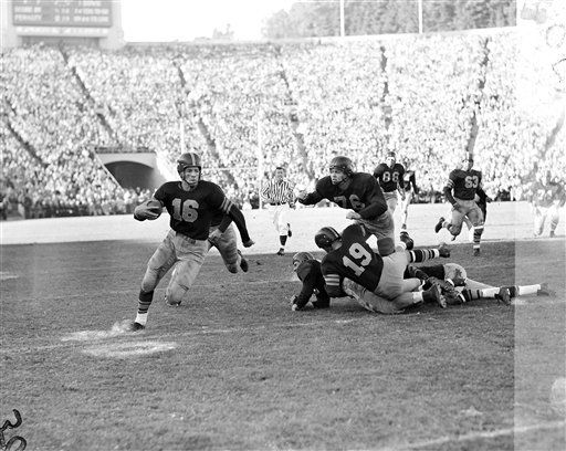 "<div class=""meta image-caption""><div class=""origin-logo origin-image none""><span>none</span></div><span class=""caption-text"">Frank Gifford of USC is pictured in action against California, Oct. 20, 1951, making a 22-yard end run in San Francisco. (AP Photo/Clarence Hamm) (AP Photo/ Clarence Hamm)</span></div>"
