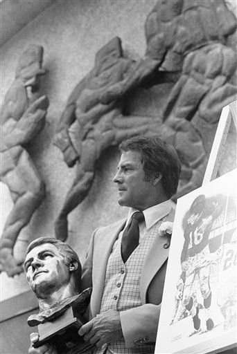 "<div class=""meta image-caption""><div class=""origin-logo origin-image none""><span>none</span></div><span class=""caption-text"">Former New York Giants great Frank Gifford poses outside the Pro Football Hall of Fame on July 30, 1977 during the ceremony in Canton, Ohio. (AP Photo/Brian Horton) (AP Photo/ Brian Horton)</span></div>"