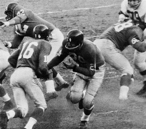 "<div class=""meta image-caption""><div class=""origin-logo origin-image none""><span>none</span></div><span class=""caption-text"">Alex Webster (29) hands off the ball to Frank Gifford (16) as part of a lateral play resulting in touchdown in the 1958 NFC Eastern Division playoff game.(AP Photo/Harry Harris) (AP Photo/ Harry Harris)</span></div>"