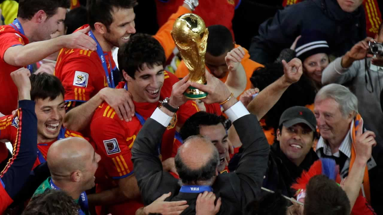 "<div class=""meta image-caption""><div class=""origin-logo origin-image ""><span></span></div><span class=""caption-text"">Spain head coach Vicente Del Bosque, bottom center, holds up the World Cup trophy at the end of the World Cup final soccer match between the Netherlands and Spain on July 11, 2010. (AP Photo/Michael Sohn)</span></div>"