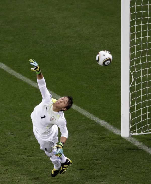 "<div class=""meta image-caption""><div class=""origin-logo origin-image ""><span></span></div><span class=""caption-text"">Uruguay goalkeeper Fernando Muslera fails to block a ball by Netherlands' Giovanni van Bronckhorst during the World Cup semifinal soccer match between Uruguay and the Netherlands. (AP Photo/Michael Sohn)</span></div>"