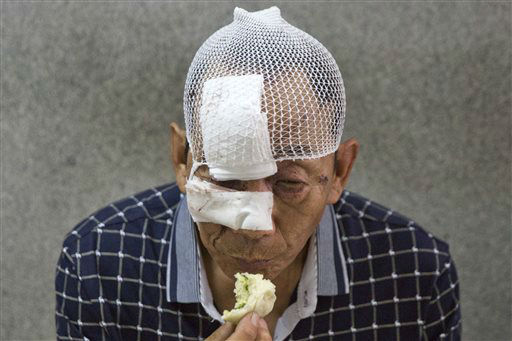 "<div class=""meta image-caption""><div class=""origin-logo origin-image none""><span>none</span></div><span class=""caption-text"">A man with his wounds bandaged eats a bun in a hospital receiving victims of an explosion in northeastern China's Tianjin municipality (AP Photo/ Ng Han Guan)</span></div>"