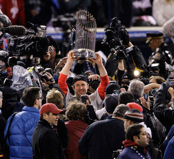 """<div class=""""meta image-caption""""><div class=""""origin-logo origin-image none""""><span>none</span></div><span class=""""caption-text"""">Chase Utley holds up the World Series trophy after Game 5 of the baseball World Series in Philadelphia, Wednesday, Oct. 29, 2008. (AP Photo/ Charles Krupa)</span></div>"""