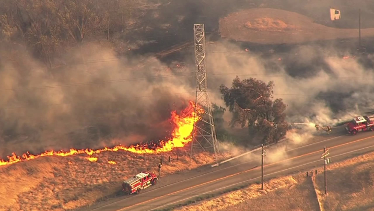 tesla fire east of livermore 70 percent contained 2 500 acres burned abc7 san francisco abc7 news