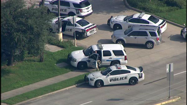"""<div class=""""meta image-caption""""><div class=""""origin-logo origin-image none""""><span>none</span></div><span class=""""caption-text"""">League City police officers say an armed suspect barricaded himself inside a Walgreens in Kemah. (KTRK Photo)</span></div>"""
