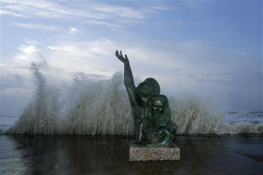 "<div class=""meta image-caption""><div class=""origin-logo origin-image none""><span>none</span></div><span class=""caption-text"">Waves crash behind a statue commemorating the devastating storm of 1900 as Hurricane Ike approaches, Friday, Sept. 12, 2008, in Galveston, Texas. (AP Photo/ Matt Slocum)</span></div>"