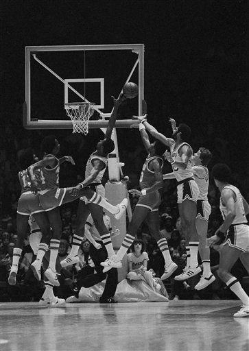 "<div class=""meta image-caption""><div class=""origin-logo origin-image none""><span>none</span></div><span class=""caption-text"">Los Angeles Lakers Kareem Abdul-Jabbar (33) reaches behind himself unsuccessfully for the ball (AP Photo/ Reed Saxon)</span></div>"