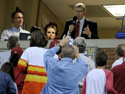 """<div class=""""meta image-caption""""><div class=""""origin-logo origin-image none""""><span>none</span></div><span class=""""caption-text"""">Houston Astros broadcaster Milo Hamilton thanks his fans during the seventh inning stretch of a baseball game against the St. Louis Cardinals (AP Photo/ Pat Sullivan)</span></div>"""