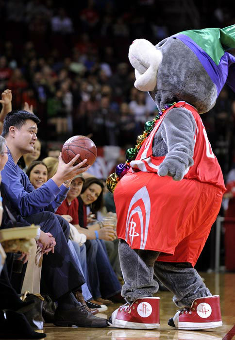 "<div class=""meta image-caption""><div class=""origin-logo origin-image none""><span>none</span></div><span class=""caption-text"">Former Houston Rockets player Yao Ming, left, holds out a basketball from team mascot Clutch during a time out in the first half of an NBA basketball game. (AP Photo/ Pat Sullivan)</span></div>"