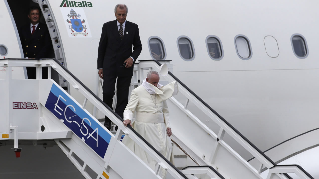 "<div class=""meta image-caption""><div class=""origin-logo origin-image none""><span>none</span></div><span class=""caption-text"">The wind carries away Pope Francis' cap as he deplanes in Havana, Cuba, Saturday, Sept. 19, 2015. (AP Photo/Ramon Espinosa)</span></div>"